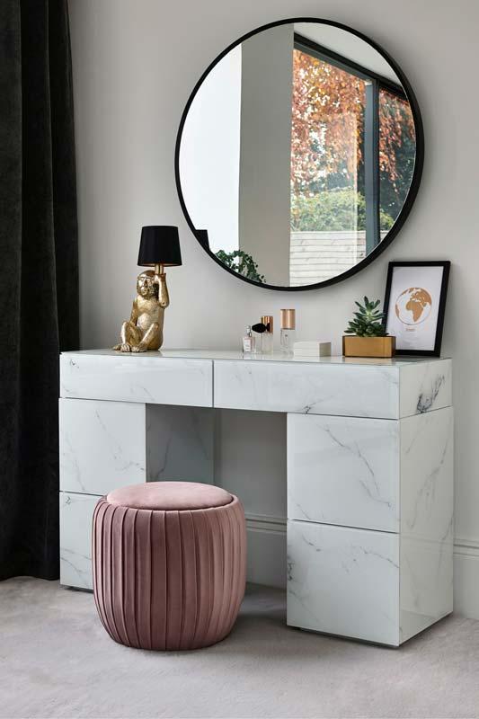 Une coiffeuse en marbre blanc pour décorer une chambre