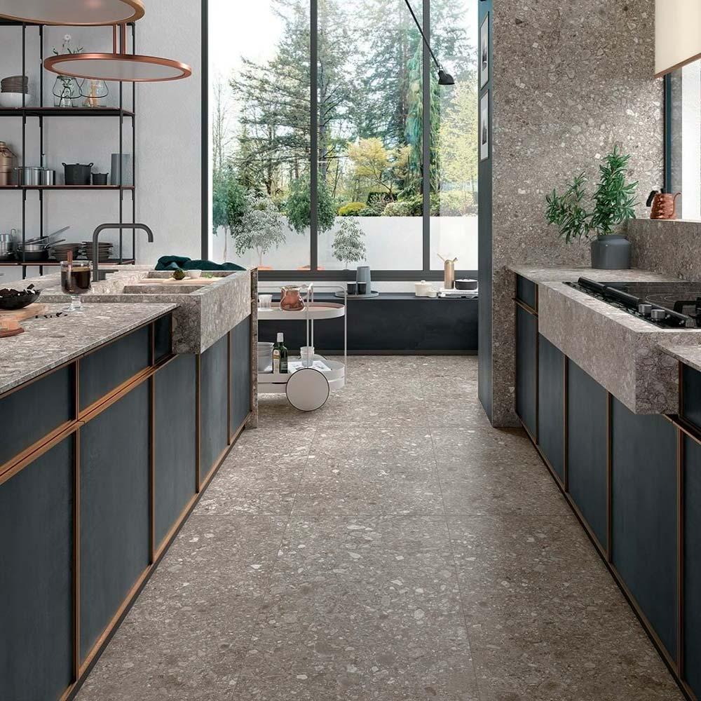 Cuisine contemporaine avec sol, crédence, plan de travail et évier incrusté en terrazzo gris et blanc