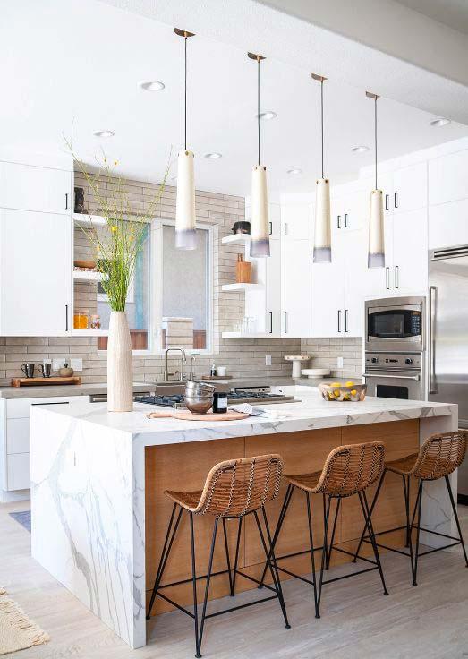 Aménager une cuisine chic avec du marbre blanc et des assises en rotin