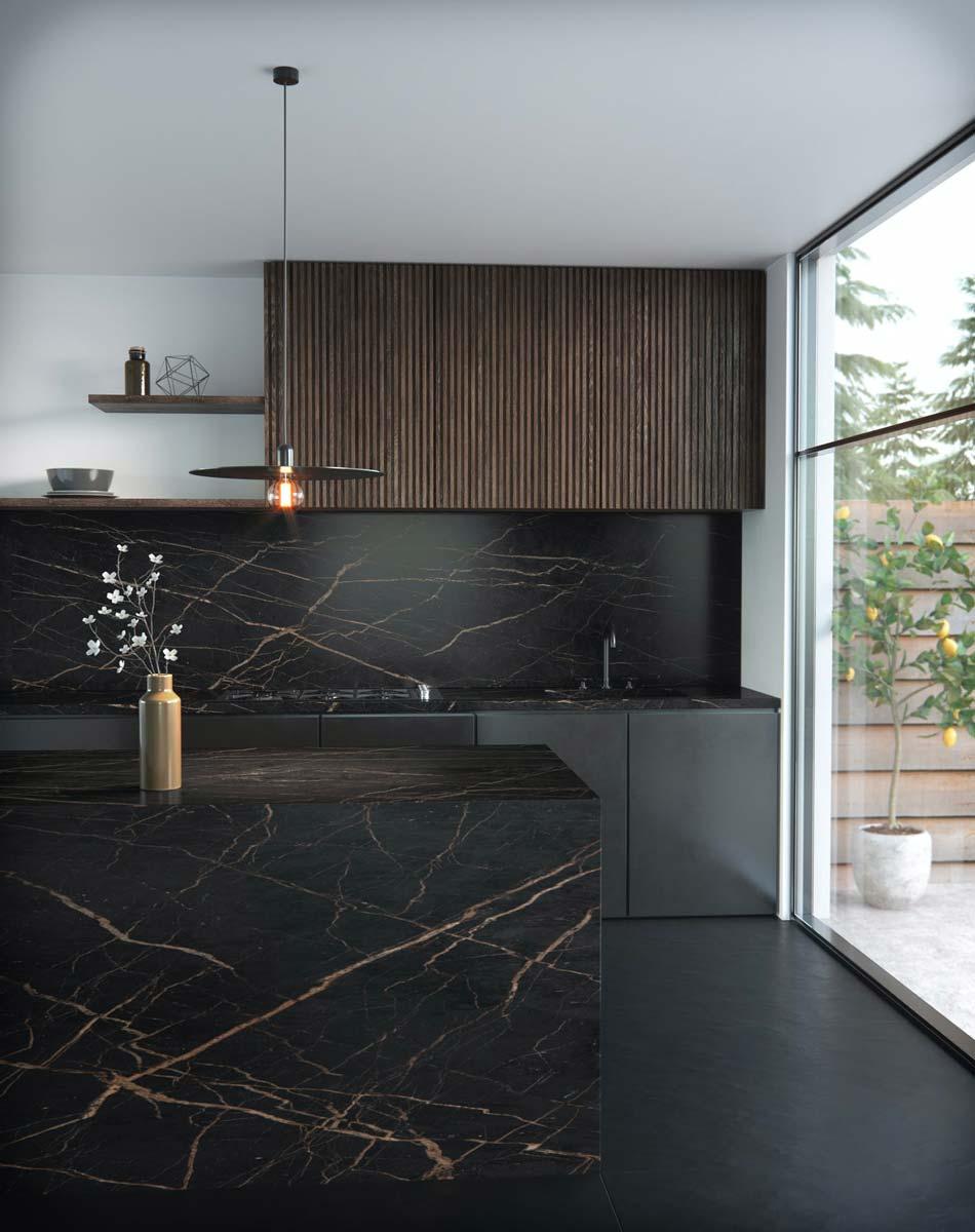 Une cuisine en marbre noir avec des marbrures rosée associé à du bois exotique