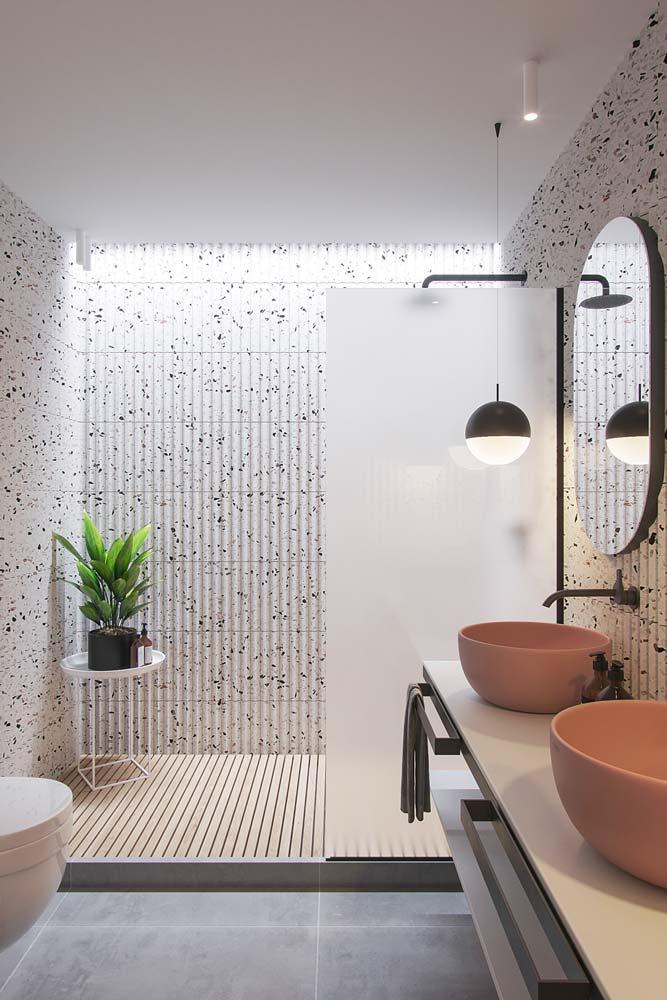 Salle de bain contemporaine en terrazzo blanc, mobilier épuré et vasque de couleur terracotta