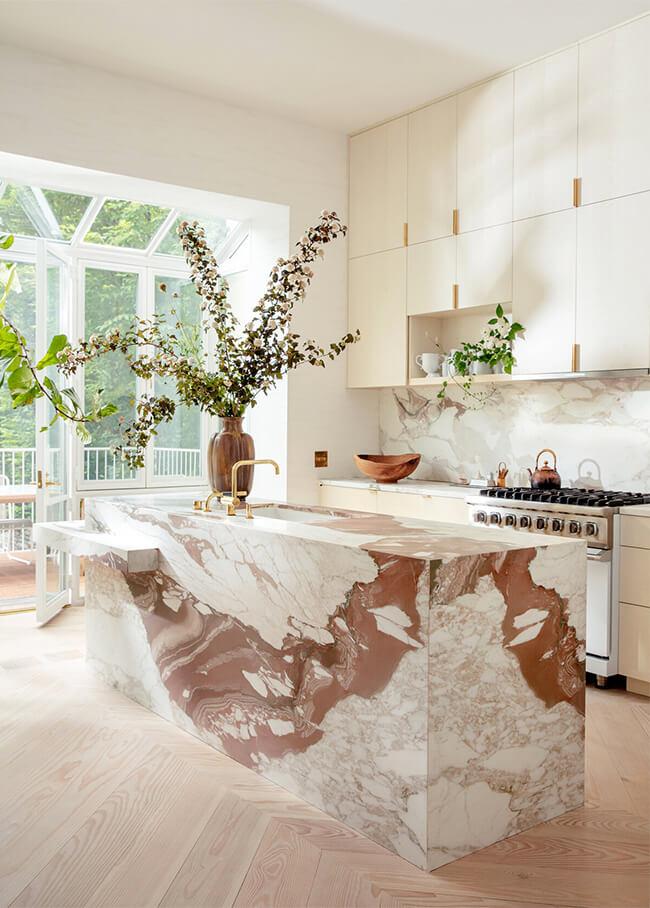 Ilot central de cuisine en marbre rose graphique