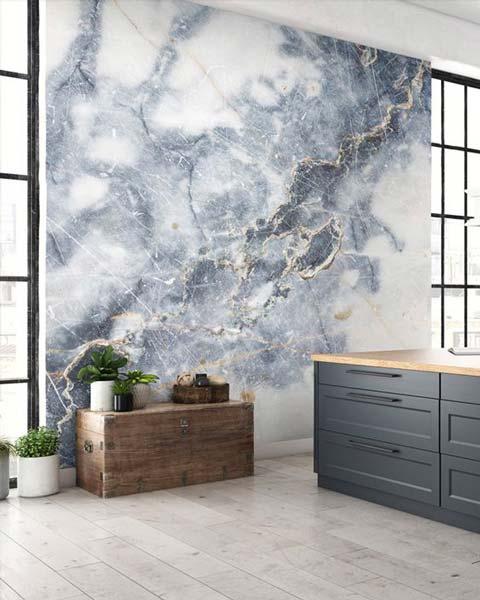 Papier peint en marbre bleu pour décorer un salon