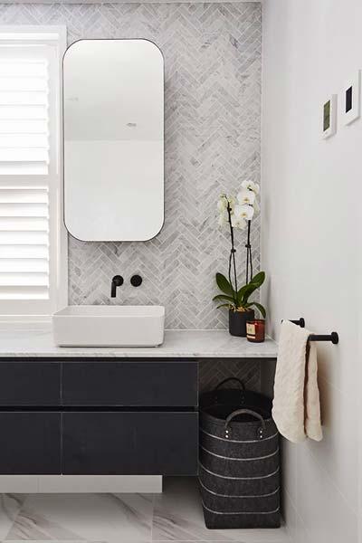 Une salle de bain design à la crédence de marbre en chevron