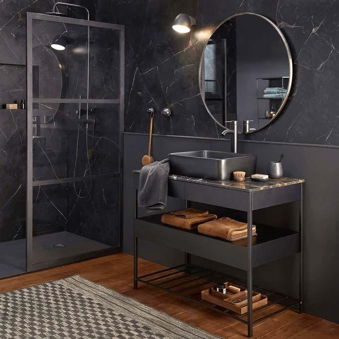 Décorer une salle de bain masculine avec du marbre noir et des meubles noirs