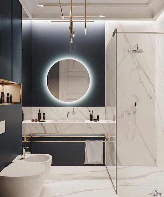 Décorer une salle de bain avec un douche en marbre de la peinture noire