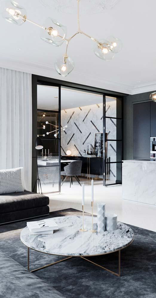 Un salon chic avec une table basse ne marbre blanc