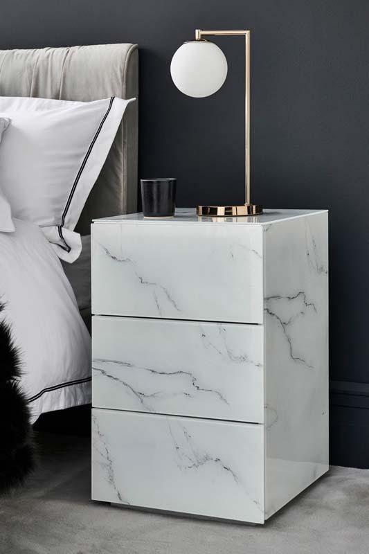 Un chevet en marbre blanc pour une décoration de chambre élégante et chic