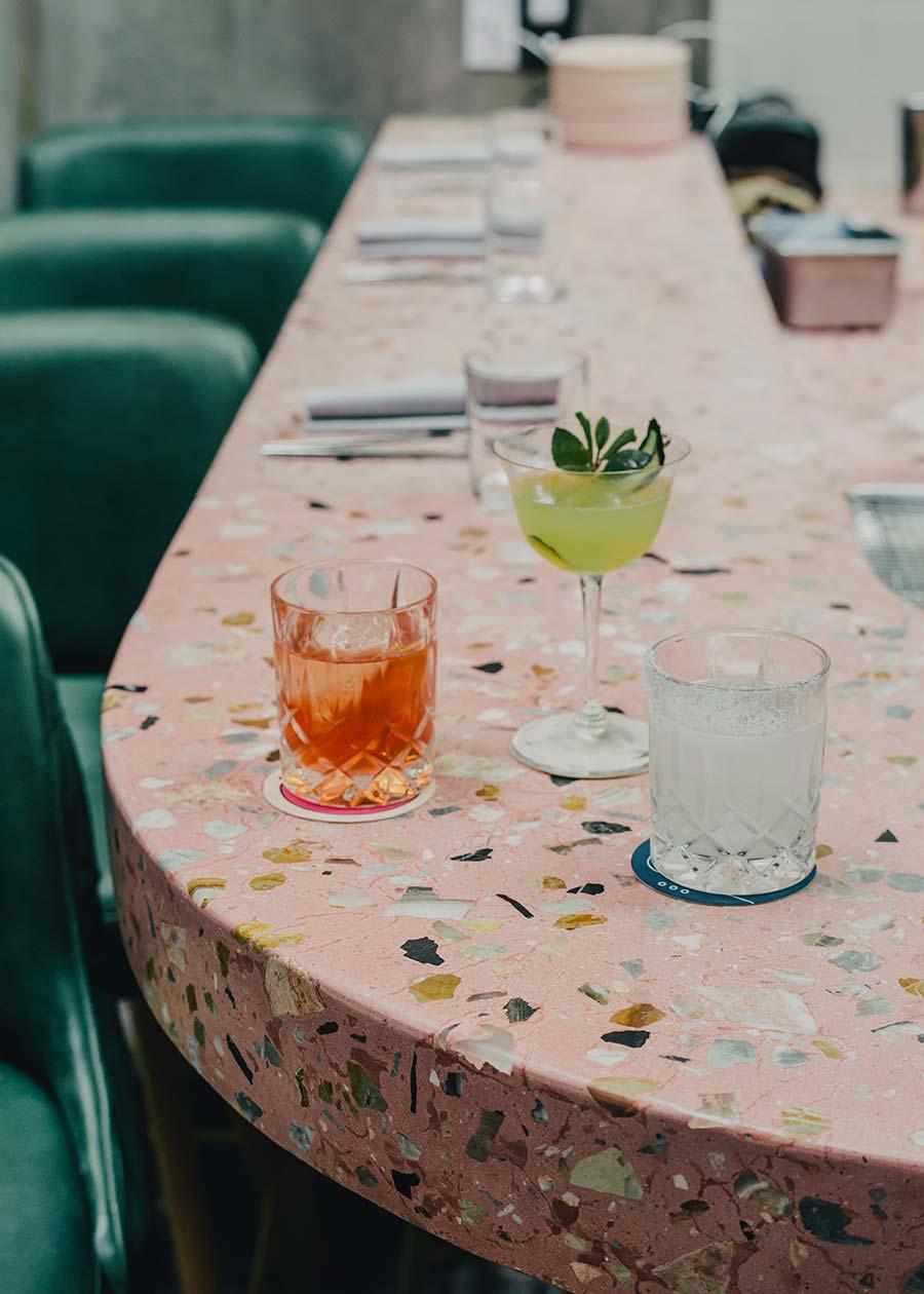 Table de salle à manger en terrazzo rose moucheté de brun, noir, blanc et de marbre