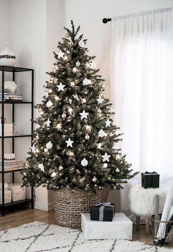 Arbre de Noël scandinave, pied de sapin en osier, décoration épurée blanche