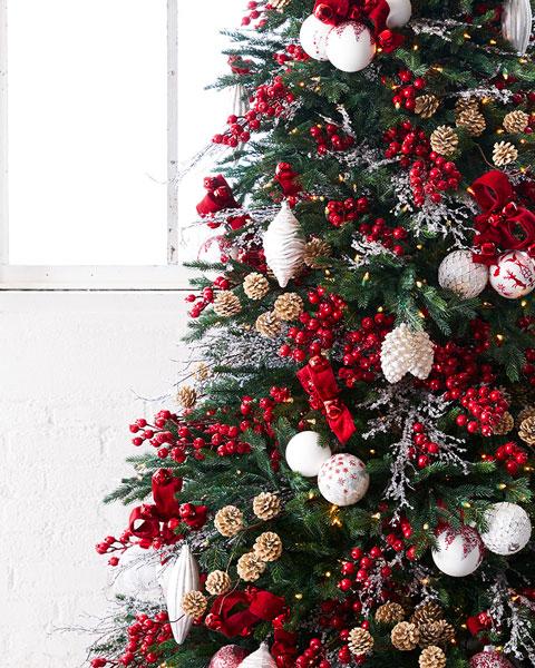 Décoration traditionnelle d'un arbre de Noël nordic rouge et blanche 2020