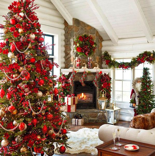 Un arbre de Noël traditionnel, une décoration rouge et verte, couronne de Noel et guirlande de sapin