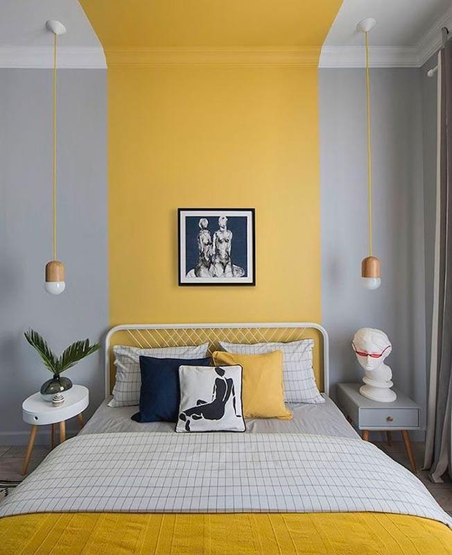Décoration chambre à couché avec tête de lit jaune Illuminating encadré par une peinture Ultimate Gray