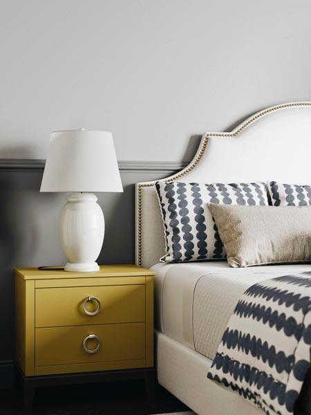 Chambre tendance au mur Ultimate Gray avec une table de chevet jaune illuminating, tendance 2021