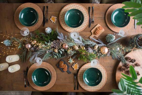 Chemin de table naturel, vert et doré pour la table de réveillon de 2020