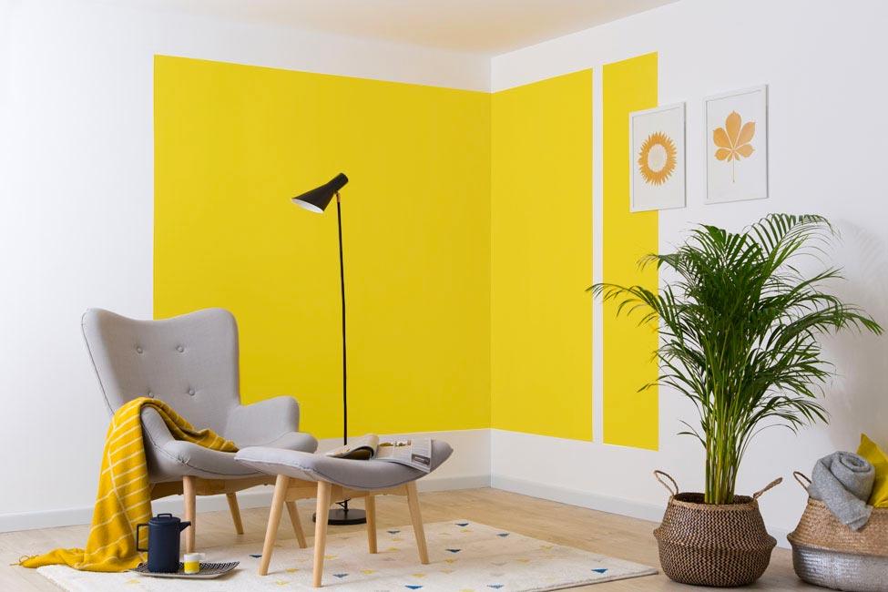 Coin mur peint en jaune illuminating avec du mobilier gris Ultimate Gray, couleur Pantone 2021