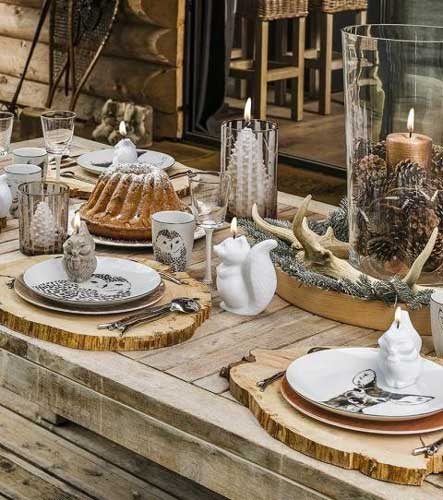 Une décoration de table de réveillon rustique, bois, décoration en porcelaine blanche