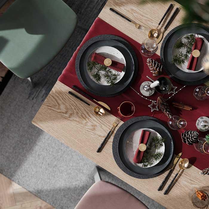 Décoration moderne, centre de table rouge et assiettes noires