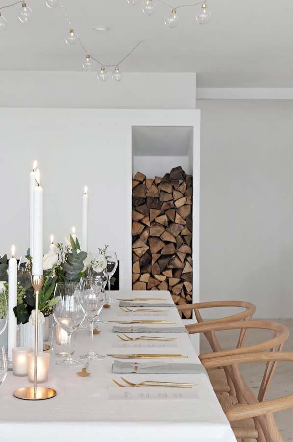 Décoration chic et moderne de la table de Noël pour un intérieur scandinave