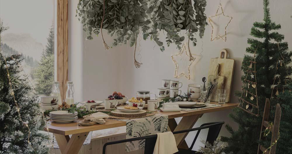 Une table de Noël rustique avec un service de table aux illustrations animalières
