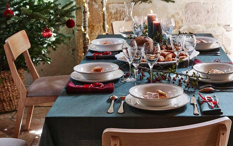 Décoration de table traditionnelle du réveillon avec nappe verte