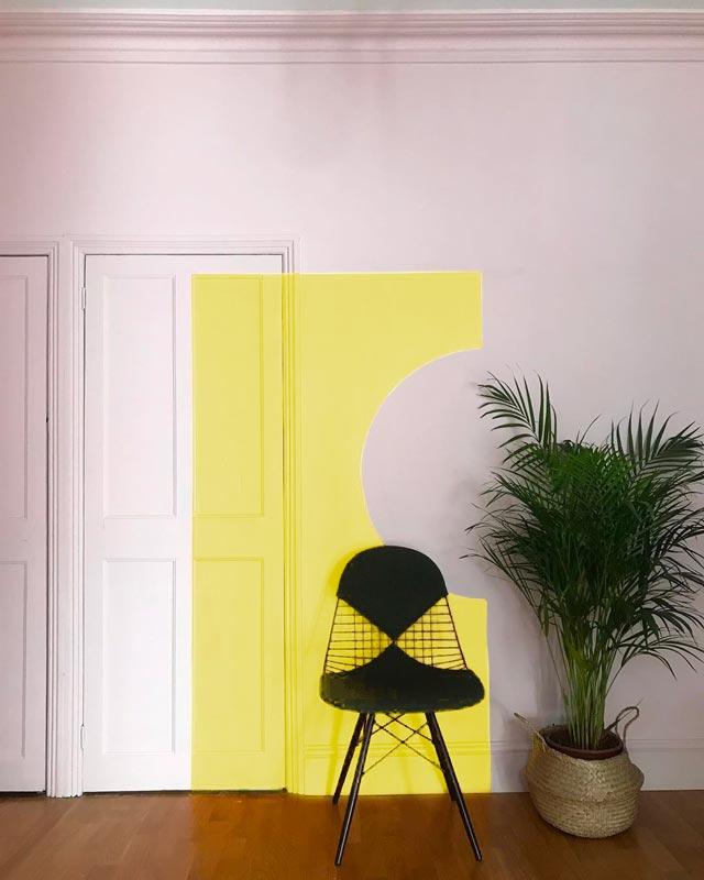 Peinture effet trompe l'oeil d'une porte de couleur jaune illuminating
