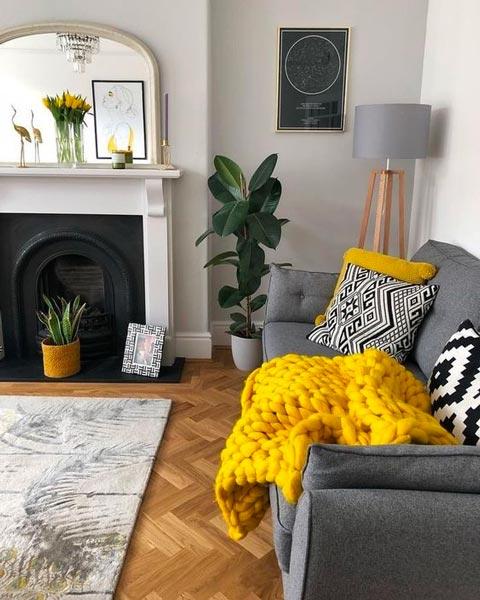Décoration pantone 2021, capan Ultimate Gray avec un plaid en laine jaune illuminating