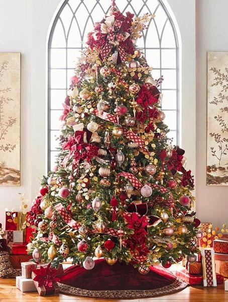 Sapin de Noël traditionnel vert, rouge, or et blanc