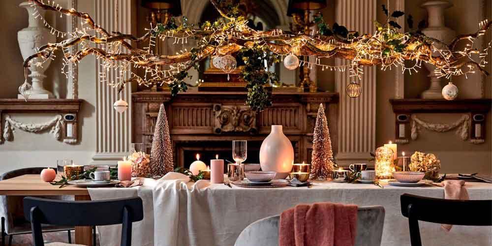 Suspension naturelle qui surplombe la table de réveillon de Noël