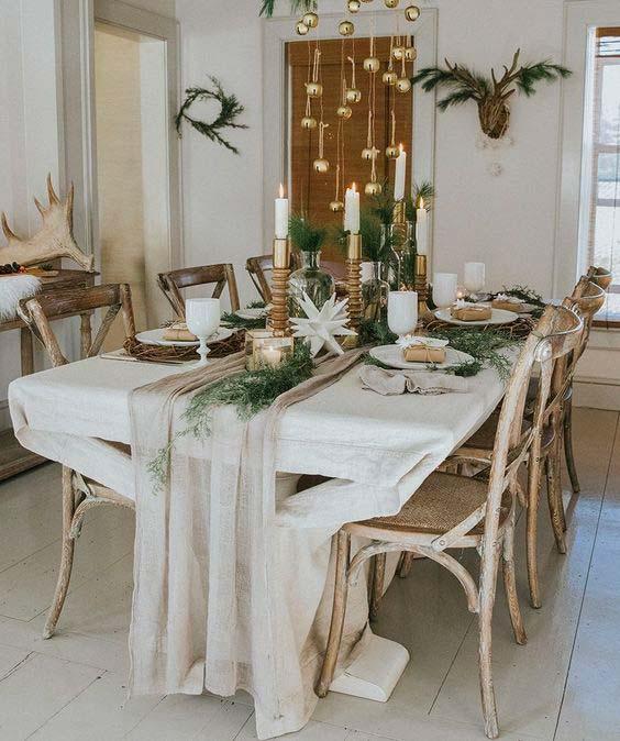 Décoration sobre et naturelle pour la table du réveillon de Noël 2020