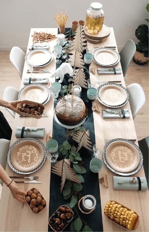 Décoration de table scandinave verte, blanche et bois pour le réveillon de Noël