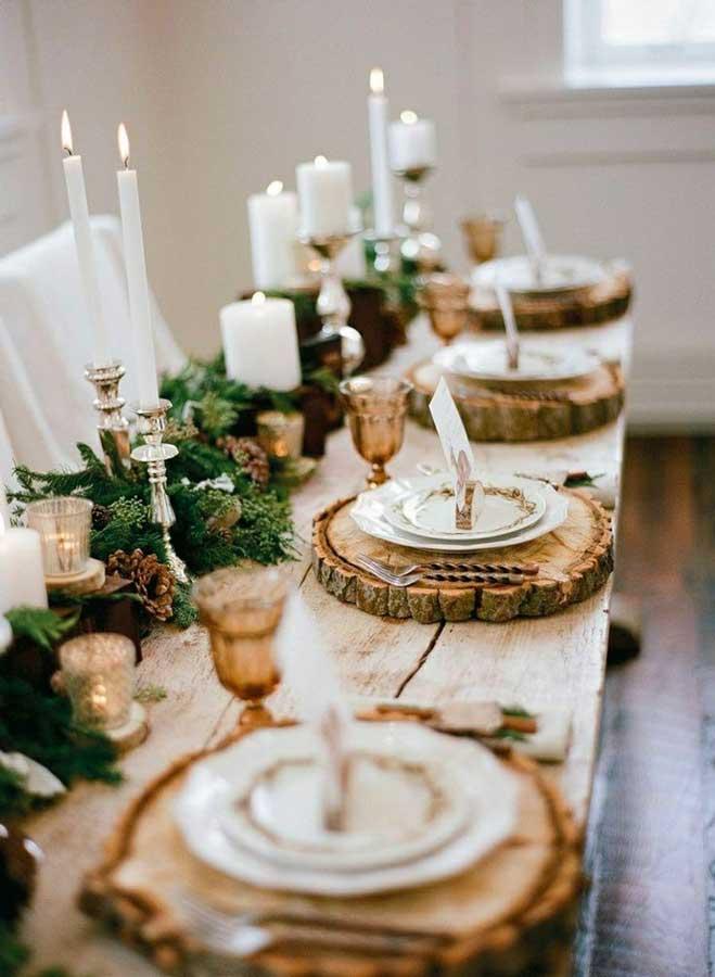 Décoration naturelle et rustique, rondin de bois, branches de sapin et mousse pour le réveillon de Noël
