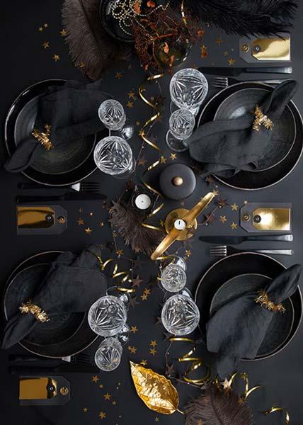 Une table de réveillon en total look noire et dorée