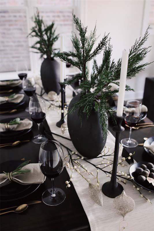 Décoration noire et blanche pour une table de Noël contemporaine