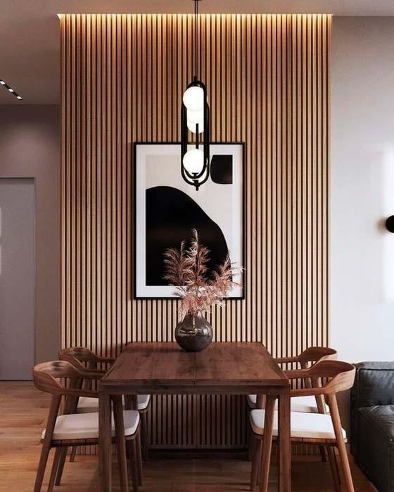 Salle à manger Japandi avec mur en tasseaux de bois