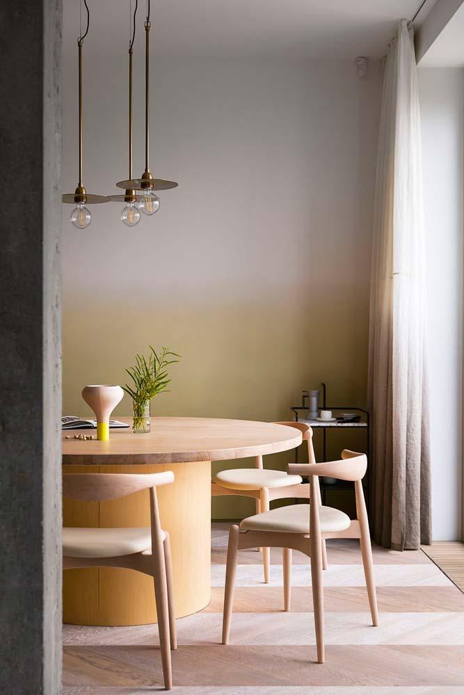 Chaises bois clair avec dossier minimaliste et arrondi