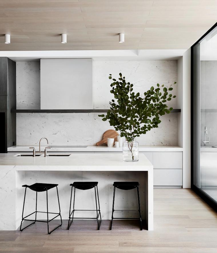 Cuisine total look blanc en marbre avec un plafond en bois clair