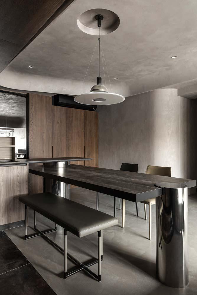Une cuisine moderne, mur et plafond en béton, mobilier design