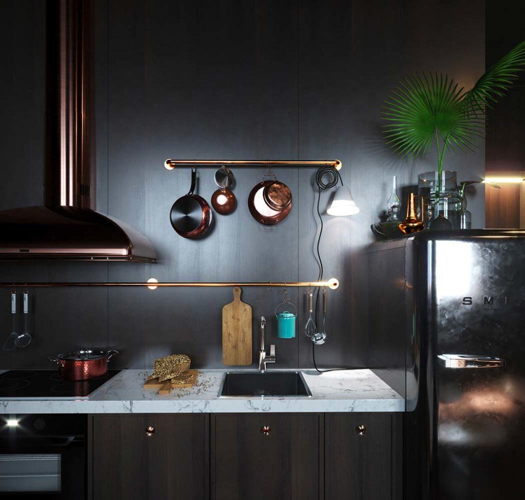 Une cuisine noire avec un plan de travail en marbre blanc et des accessoires cuivrés