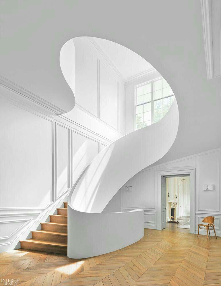 Un escalier aux formes organiques pour un design minimaliste et chaleureux