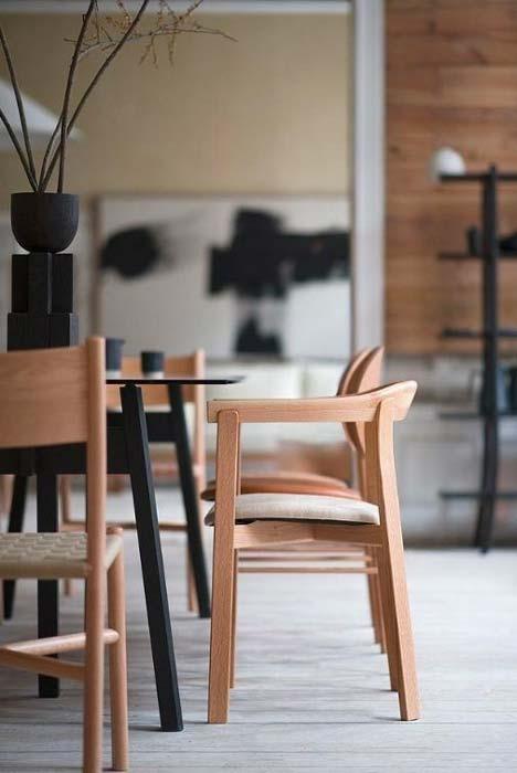 Mobilier de salle à manger Japandi en bois blond avec des touches de noir