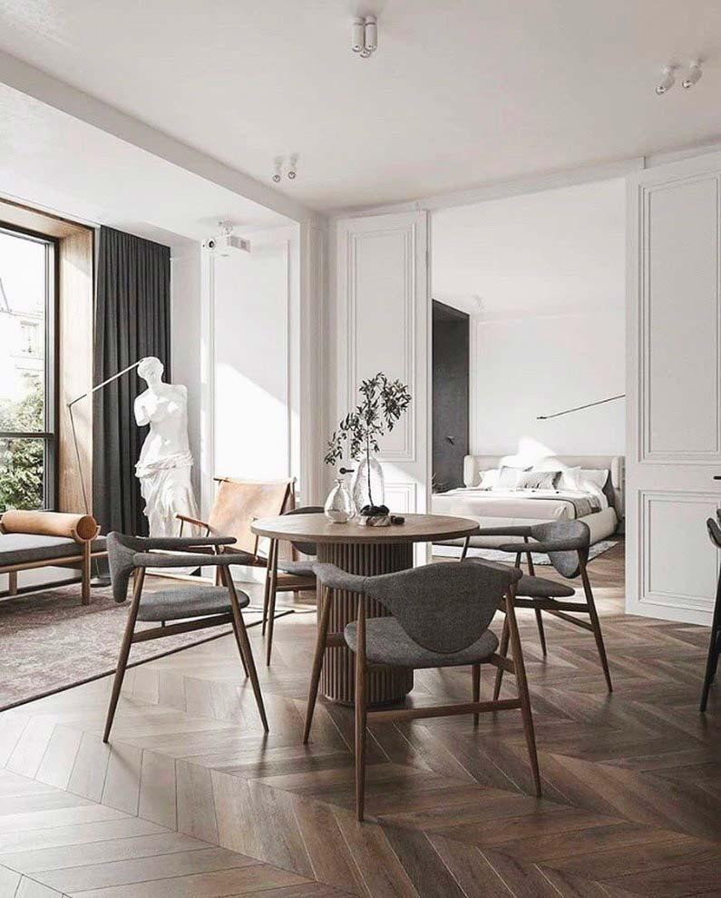 Des chaises aux formes organiques avec dossier arrondi et piétement en bois