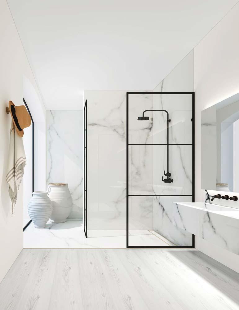 Une salle de bain minimaliste total look blanc en marbre avec robinetterie noire