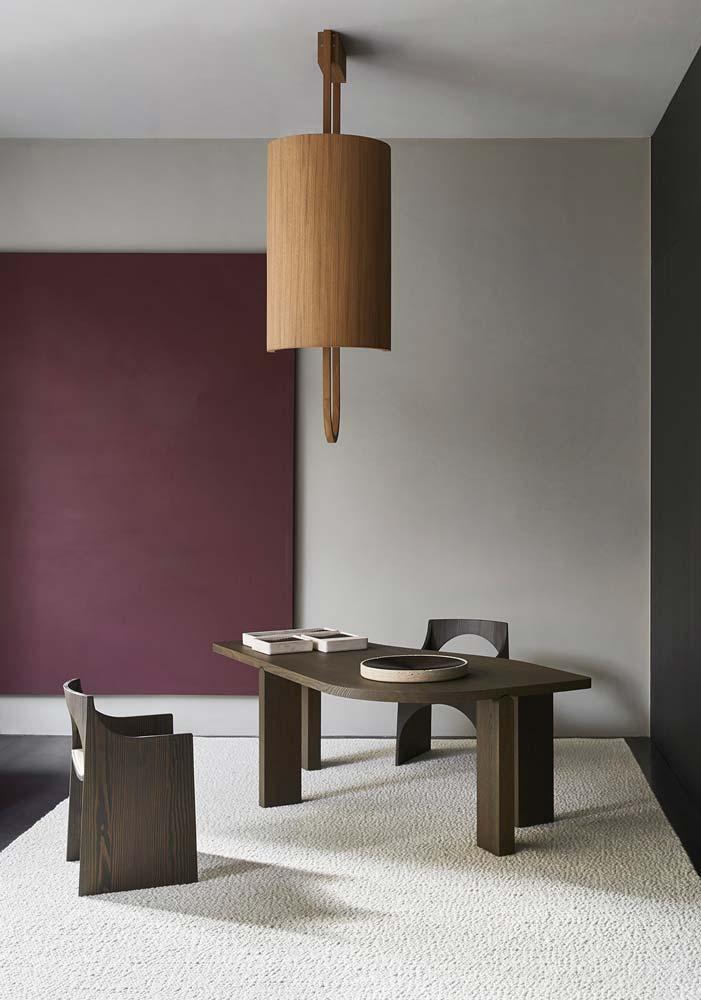 Table de salle à manger design arrondie avec piétement en bois asymétrique