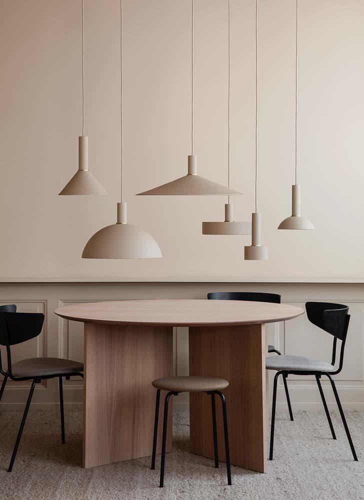 Table de salle à manger ronde avec luminaires arrondis