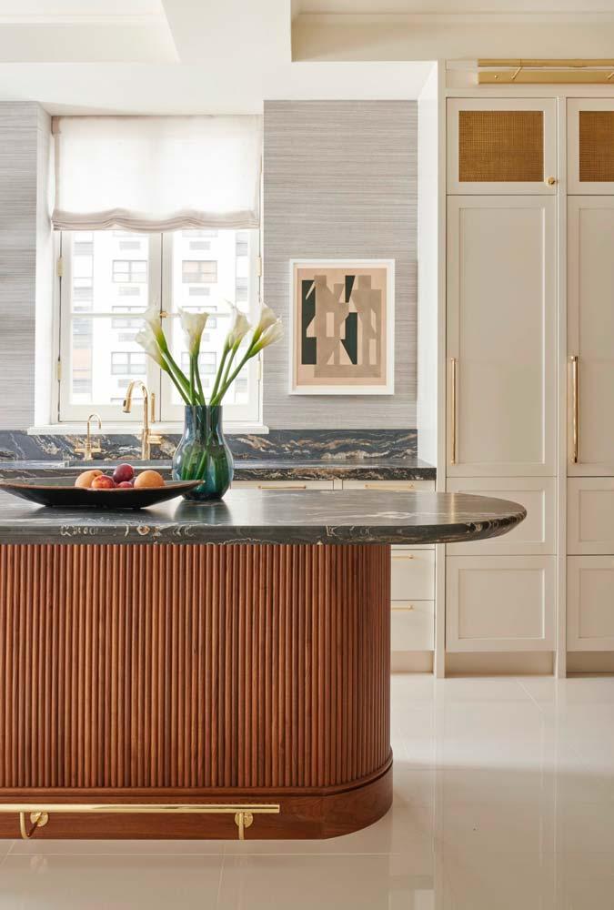 Ilot central avec piétement arrondi en bois et plateau en marbre noir arrondi