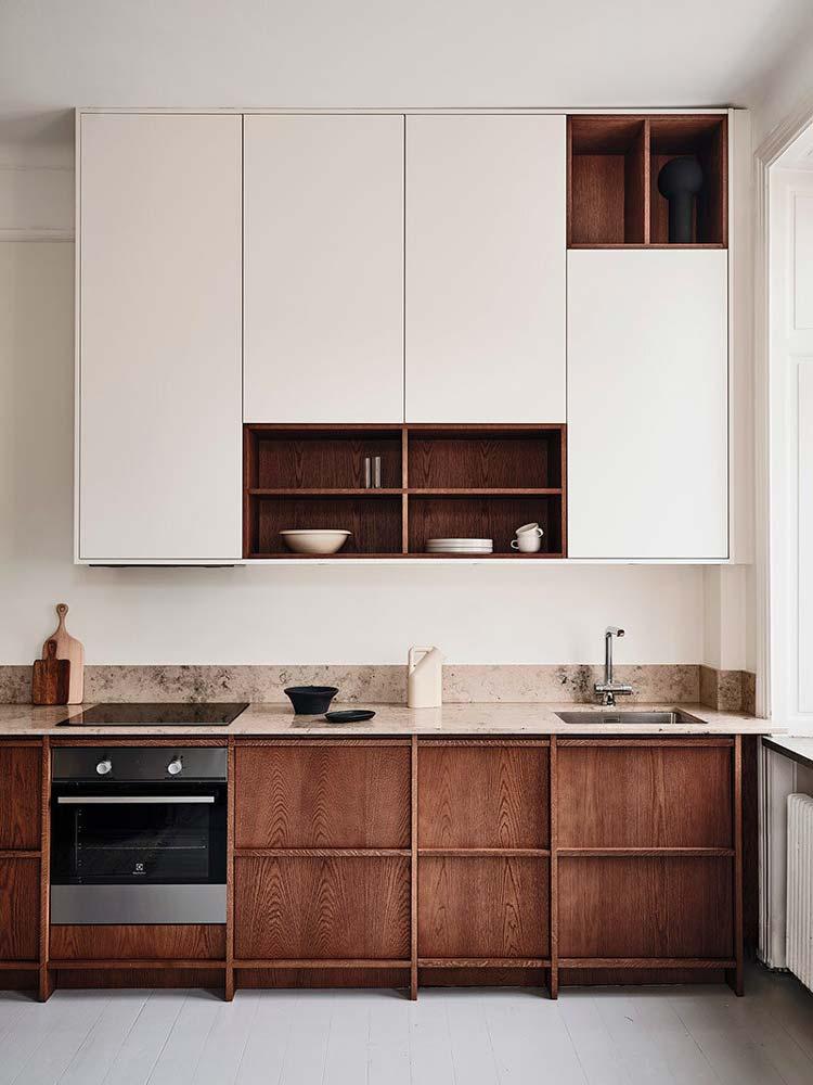 Cuisine minimaliste Japandi avec des meubles haut blanc et du mobilier bas en bois aux influences japonaises