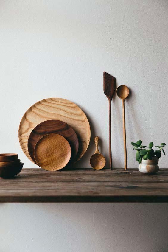 L'art de la table ethnique s'expose sur des étagères dans la cuisine