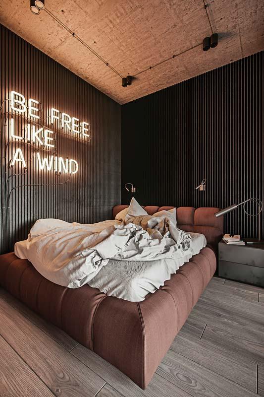 Une chambre parentale avec un éclairage en lettrage accroché au mur en néon