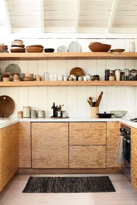 Accumulation de vaisselles sur des étagères pour une décoration shelfie boho chic
